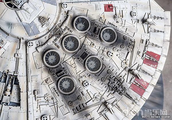 作为美国影视、动漫、游戏三栖国民级作品,《星球大战》可谓是许多美国玩家的最爱。看过星球大战的人一定对里面的超级酷炫的战舰印象深刻,对于其忠实粉丝来说更是如此。近日,一位来自美国的骨灰级玩家Bernard Szukiel就因为过于喜爱其中最具标志性的千年隼(Millennium Falcon)而耗时四年之久制作出了这架高仿真的战舰纸模,其精细程度令人惊叹不已。      据悉,这一纸模全长38英寸(近1米),99%都是用纸制作的(为什么不是100%?因为 Bernard Szukiel 为这个纸模加入