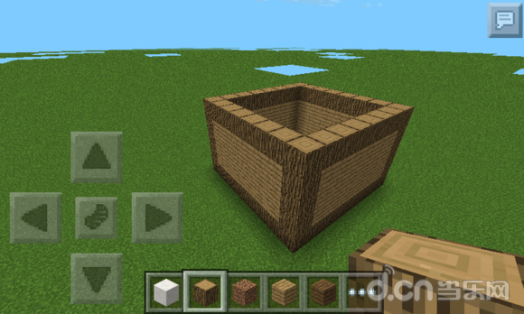 在《我的世界》中,你还只会搭建火柴盒吗?看到高手搭建的漂亮建筑很心动吧。如果你只会使用地图存档的话,不妨来尝试下自己学些建造高级建筑吧。本篇当乐网小编给大家带来我的世界手机版木屋别墅的建造教程。 首先搭建一个新手最擅长的火柴盒吧。  接下来,把这个火柴盒装饰一番,装上门和玻璃窗户。  在旁边在搭建一个房间,同样也装饰下,这样一楼差不多就可以了。  把一楼的地板和天花板铺好后,用原木往外扩展一格,用于放置栅栏。  继续搭建二楼的房间,然后房顶用阶梯法装饰一下。  一楼背面继续建造地图,然后继续铺地板和天花板