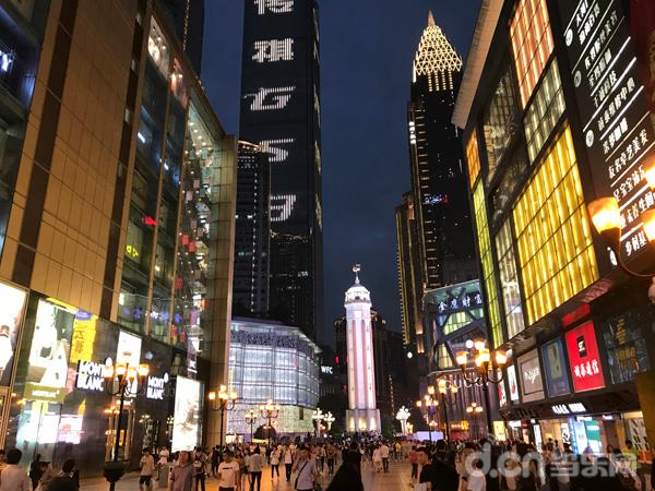 """鳞次栉比的高楼,巨型的奢侈品广告牌,环抱着正中央的""""抗战胜利纪功碑"""""""